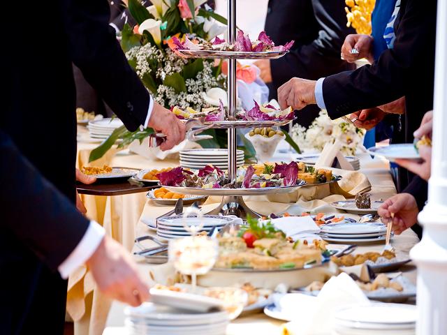 Buffet o cena servita al tavolo feste 18 anni roma for Tavolo 18 anni ragazzo